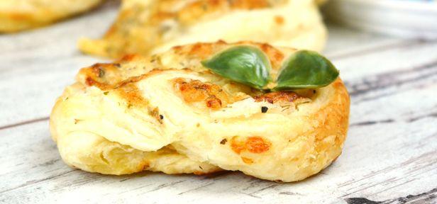 Oregano-Käseschnecken mit Hüttenkäse sind leckere Snacks aus Blätterteig, die bei keinem Buffet fehlen sollten. Joey zeigt im Video die einfache Zubereitung