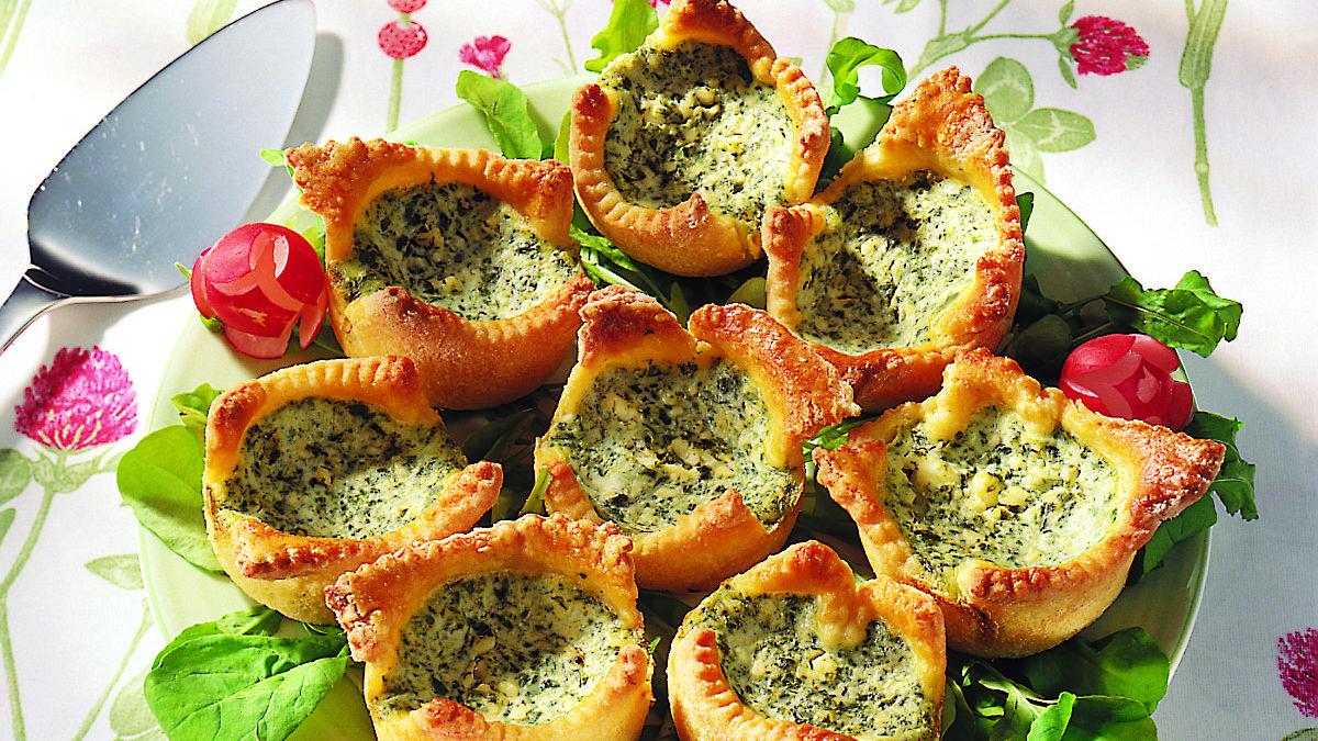Pikkuiset suolaiset piirakat valmistuvat helposti muffinipellin avulla. Kokeile piirkoihin pinaatti- tai kinkkutäytettä.