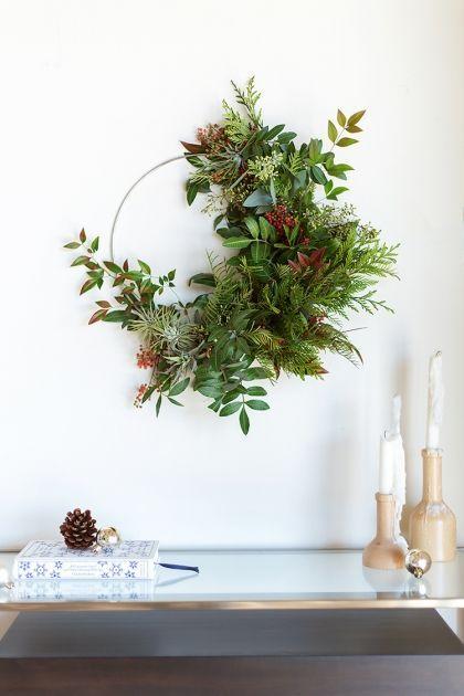 Passez de bonnes fêtes avec nos idées déco de Noël à faire soi-même ! #ideedeconoelafairesoimeme idees deco de Noel a faire soi meme couronne porte vegetale deco murale #ideedeconoelafairesoimeme