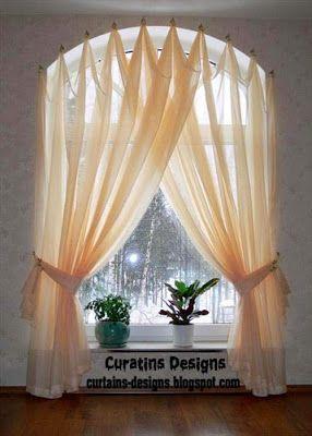 Rideaux De Fenêtres Cintrées Sur Des Crochets Des Traitements De
