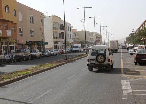 adjudicación de la obras de asfaltado de la Avenida Juan Carlos I de Corralejo, que se realiza en coordinación con el Ayuntamiento de La Oliva.