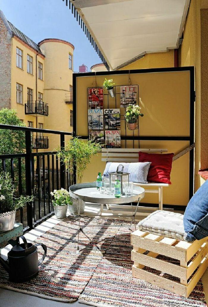 Balkon Gestalten Balkonmöbel Diy Ideen Holzkisten Teppichläufer Runder  Blechtisch Sofa Wandregale Blumetöpfe