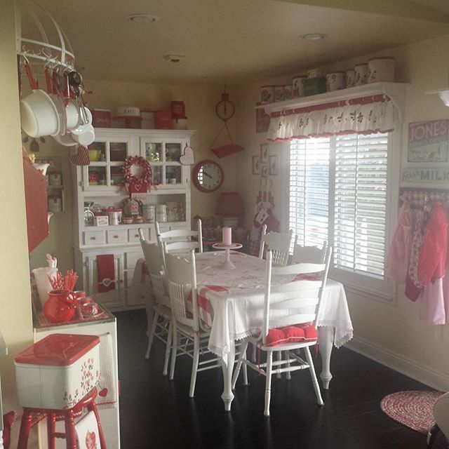 Happy Monday The sun is shining and the housework is done Have a great day my friends❤ #whistlewhileyouwork  #awomansworkisneverdone #vintagelove #redandwhite #diningroomdelight