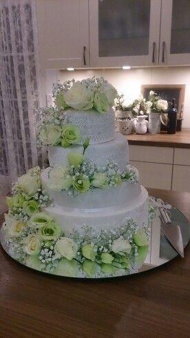 Hochzeitstorte klassisch frische Blumen