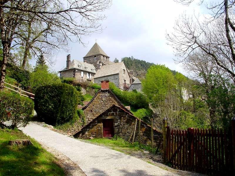 Kerkje uit de 12de eeuw in Tournemire, een Plus Beaux village de France