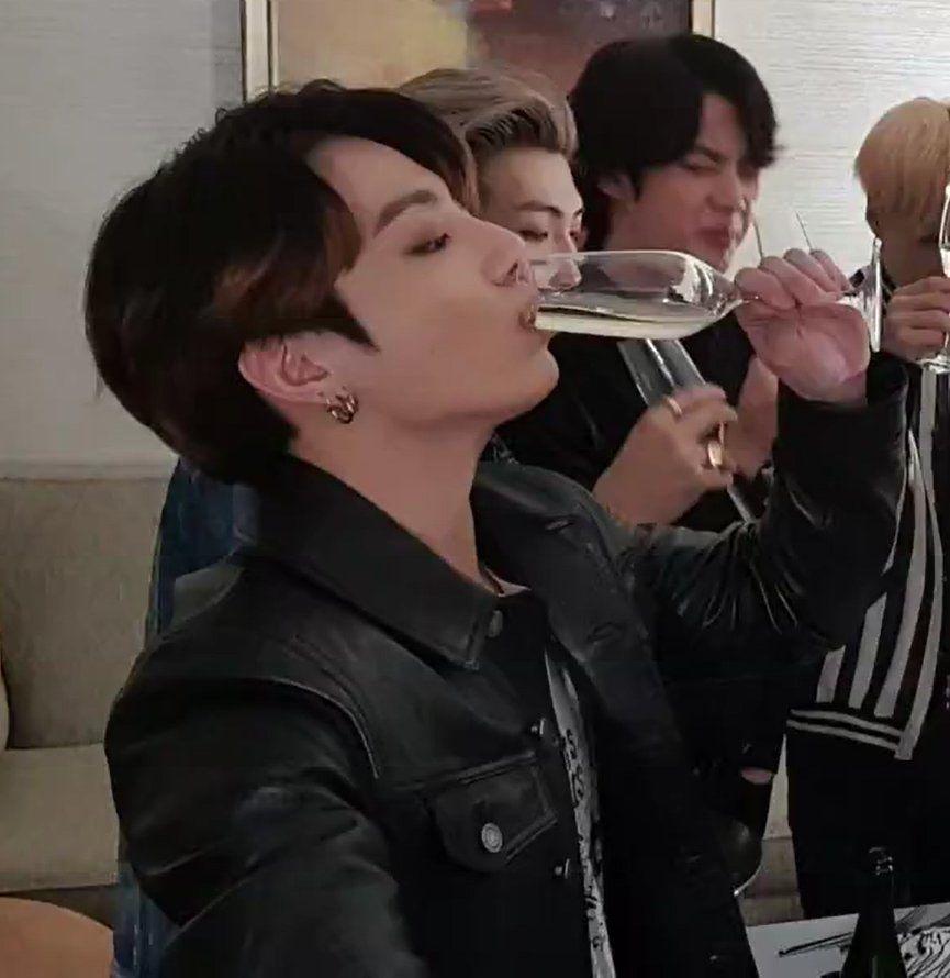 Jzjzkz Jungkook Tomando Alcohol Y Despues Esta Jin Jungkook Oppa Bts Jungkook Jeon Jungkook