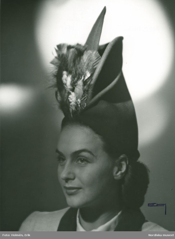 1945. Porträtt av kvinna i hatt med fjädrar. Modell: Hjördis
