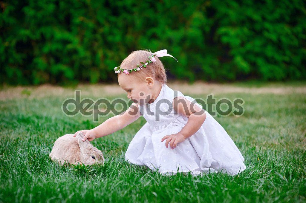 linda niña con un conejo tiene una Pascua en la hierba verde - Imagen de stock: 81870458  http://sp.depositphotos.com/81870458/stock-photo-cute-little-girl-with-a.html