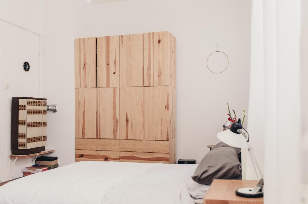 Unique Altbauschlafzimmer mit modernem Kleiderschrank gem tlichem Bett und kleinem Nachttisch Altbau Einrichtung