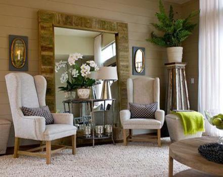 wohnzimmer gestalten mit holzwand und teppich-polstersessel in beige ...