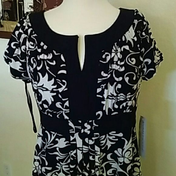 "Evan Picone Dress Very pretty B&W print dress, size 10. New with tags. Fabric stretches. Short sleeves with elastic ,empire waist. Small pleats down the center of the dress. Length is approx 37"". Just adorable!  Thanks ladies Evan Picone Dresses Midi"