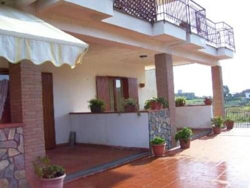 Villa Carmela Casal Velino Set in Casal Velino, this apartment features a terrace and a garden with a barbecue and a sun terrace. The unit is 28 km from Paestum. Free private parking is available on site.