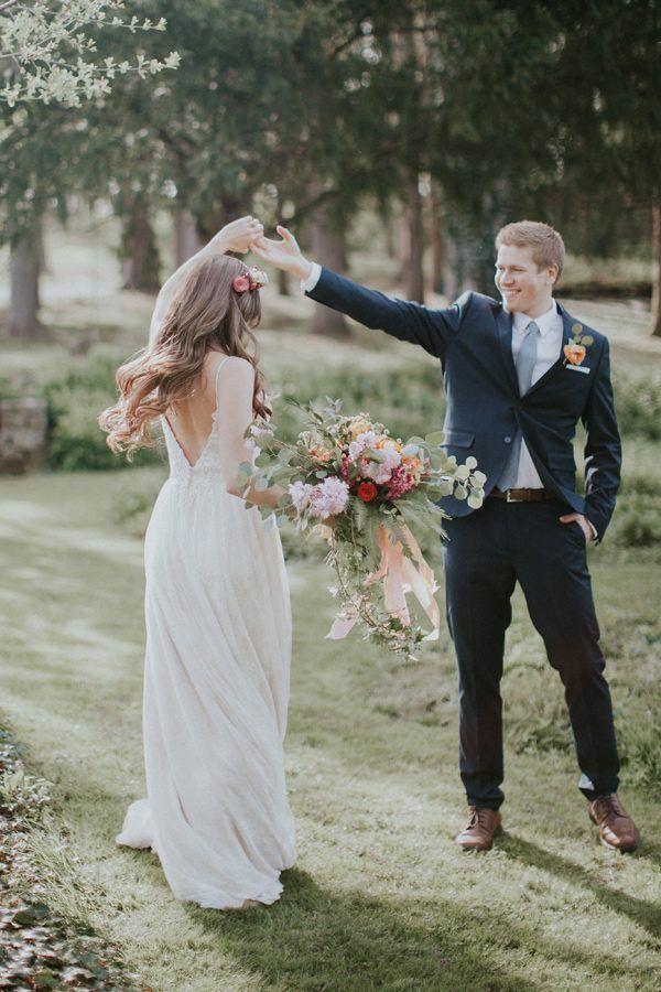 Hochzeitsfotos Tanz, Hochzeitskleid mit tiefen Rückenausschnitt ...