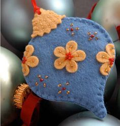 How to make a felt Christmas ornament with free downloadable pattern :-) #feltchristmasornaments