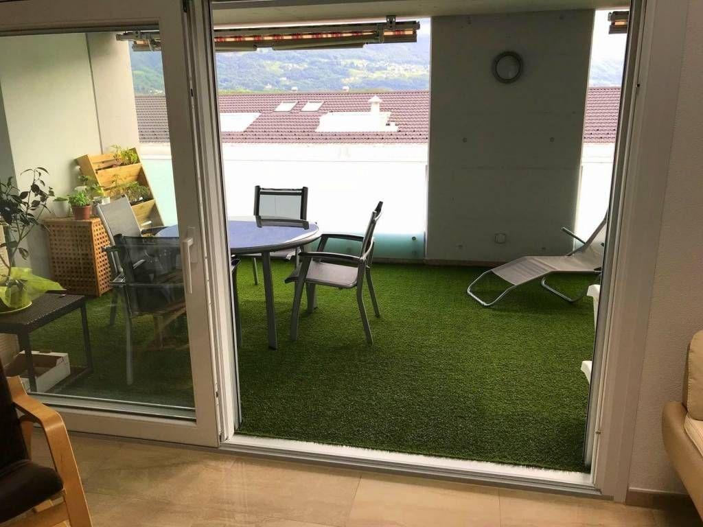 Terrazzo di casa in erba sintetica con rivestimento del pavimento