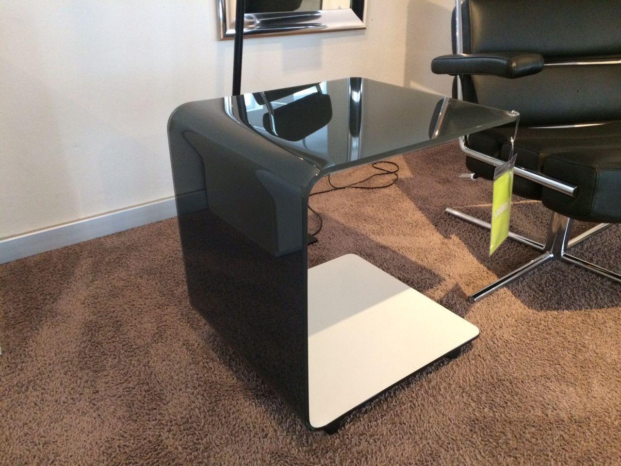 Praktisch Rolltisch Zabo Von Dreieck Aus Lackiertem Glas Ist An Einer Seite Offen Und Lasst Sich So Super Uber Eine Sofalehne Schieben Rolltisch Tisch Dreieck