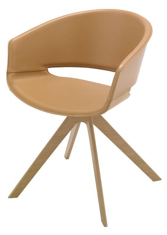 Lievore Altherr Molinas stol for spanske Andreu World er i år kommet i en ny udgave med smukke træben, der giver stolen et helt nyt og nordisk udtryk.