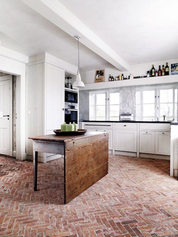 Modernes Weiß trifft auf einen Boden im Vintage-Look … | küche | Pinte…