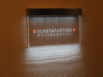 Awesome Acrylglasschild mit LED Beleuchtung Lichtfluter Innenwerbung Kunst u Partner Werbeagentur