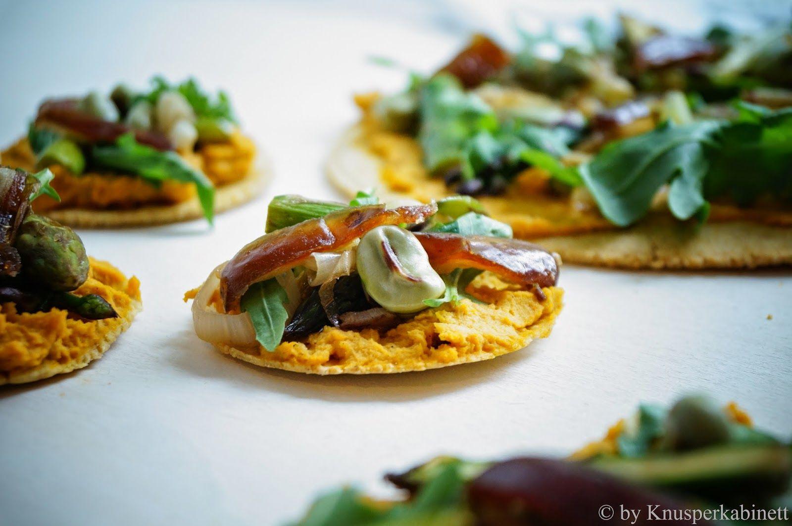 KNUSPERKABINETT: Knusprige Kichererbsenfladen mit geröstetem Karotten-Bohnen-Hummus und gebratenem Frühlingsgemüse