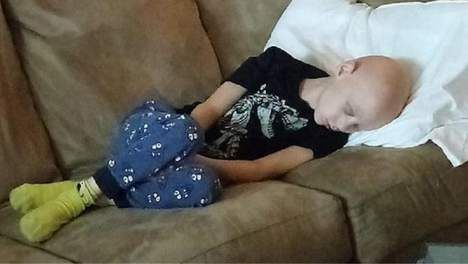 Vader deelt hartverscheurende foto van uitgeput zoontje na chemokuur