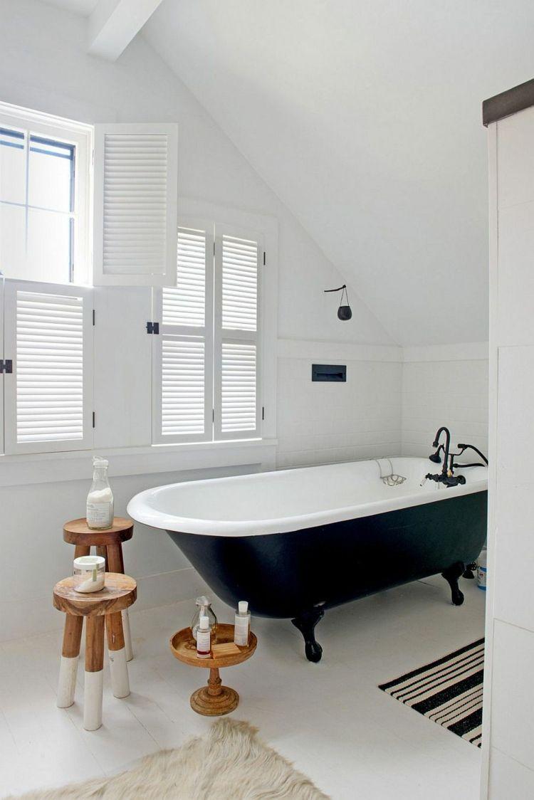 Lieblich Badezimmer Mit Dachschräge Retro Wanne Schwarz Weiss Beistelltische  Badvorleger