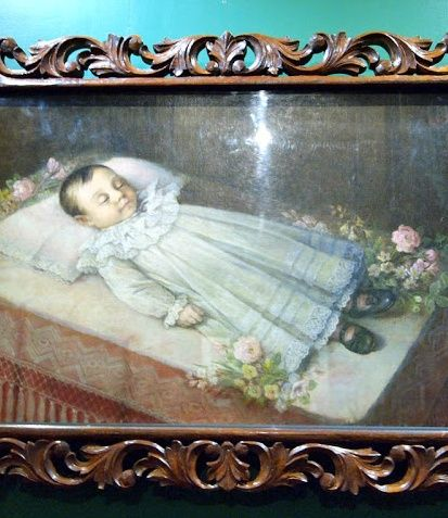 Post-mortem portrait of a child, painted by Simon Flores, 1896. Such paintings were popular during the Victorian era. #OilPaintings #Victorian