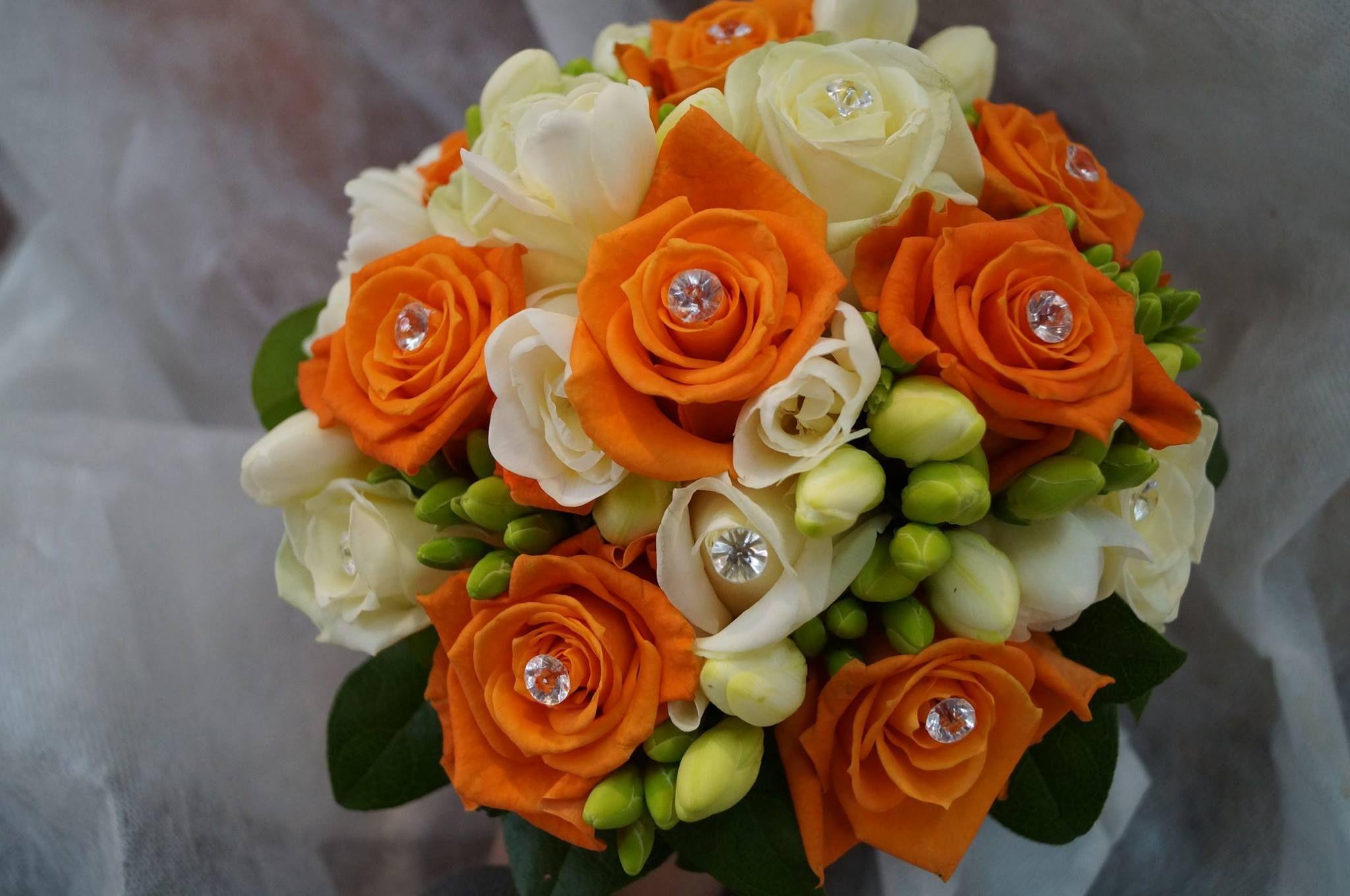 bouquet de mari e orange blanc et touche de vert. Black Bedroom Furniture Sets. Home Design Ideas