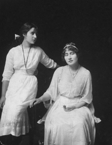Elizabeth Bowes Lyon Standing With Older Sister Rose Bowes Lyon Sitting Rose Would Go On To Marry William Leve Royal Family History Queen Mother Queen Mary