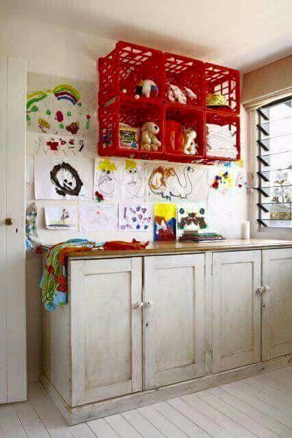 تنظيم غرفة الغسيل - تعليق الملابس في صناديق بلاستيكية