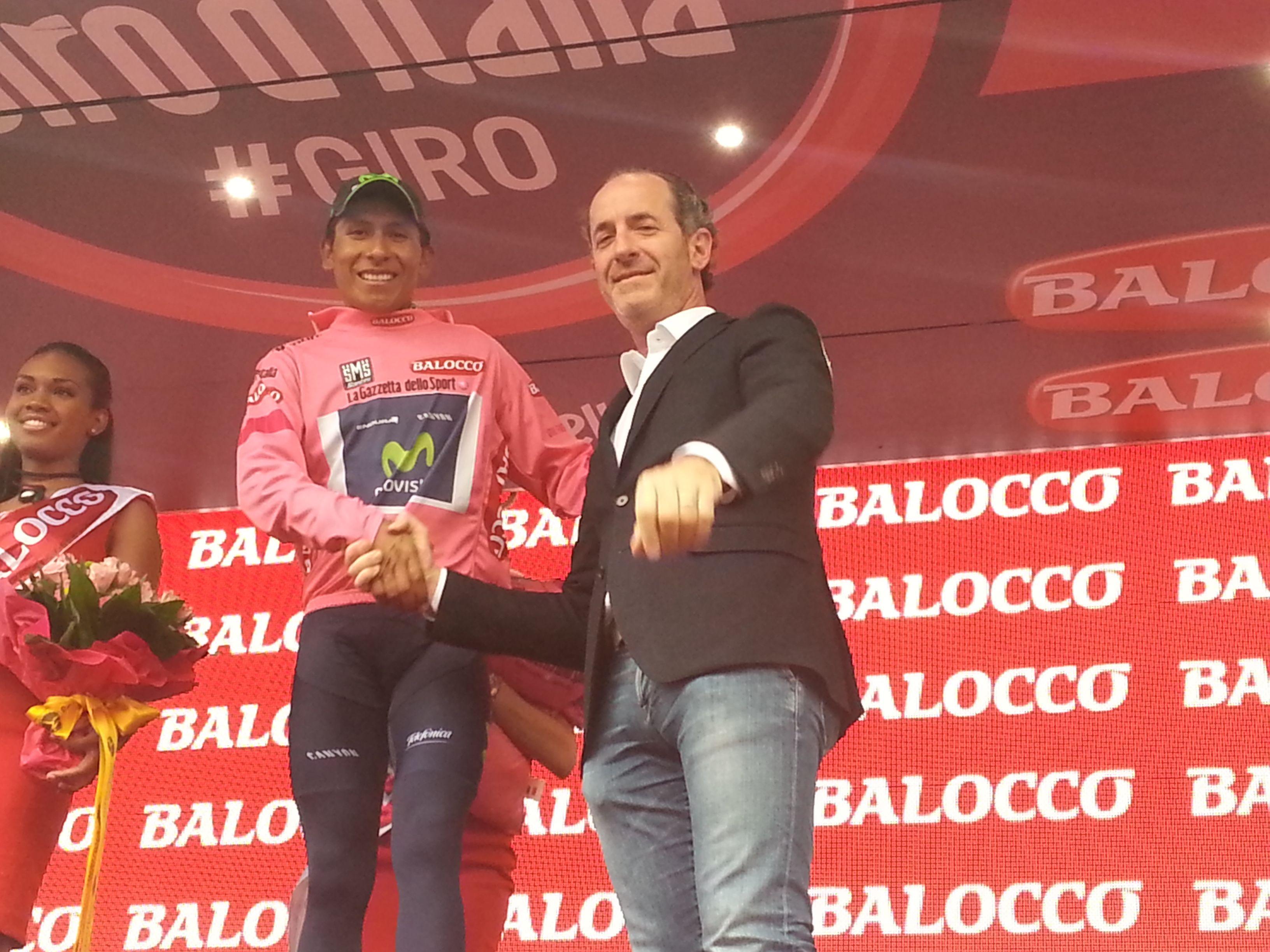 L'arrivo a Vittorio Veneto del Giro d'Italia, #Zaia consegna la #maglia #rosa a Nairo Quintana