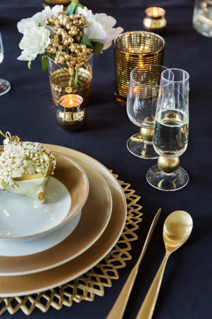 Pin By Gail Williams On Christmas Decor Themes And Colors Christmas Dining Table Decor Christmas Dining Table Gold Dining