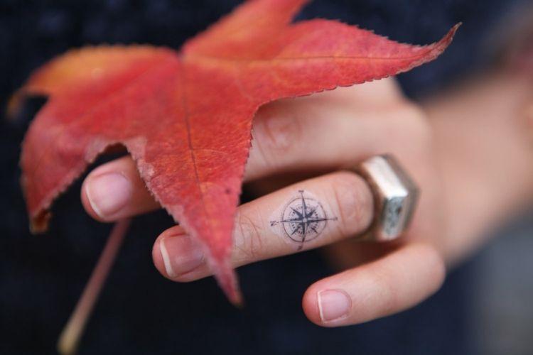 les 50 plus belles id es de petit tatouage pour fashionistes tatoo compass tattoo compass. Black Bedroom Furniture Sets. Home Design Ideas