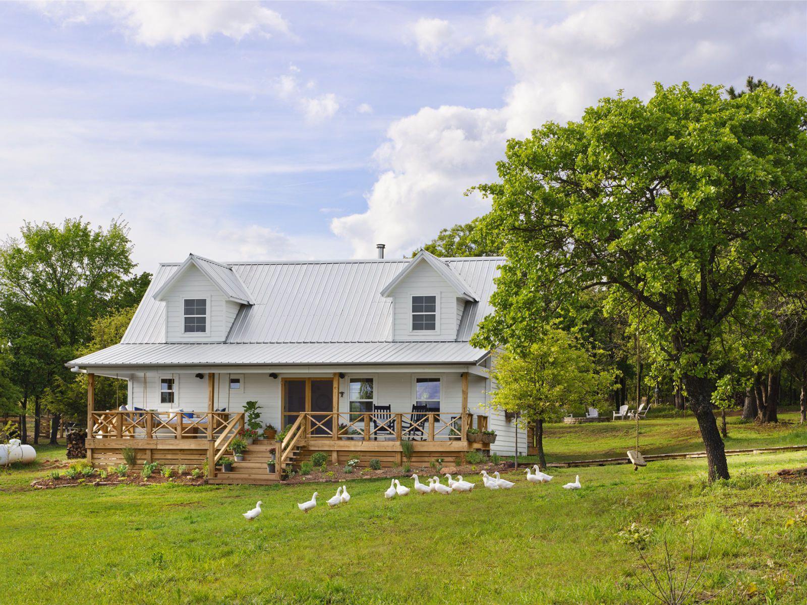 A Home That S 1 000 Square Feet Of Impeccable Style Small Farmhouse Plans Farmhouse Style Exterior Small Farmhouse