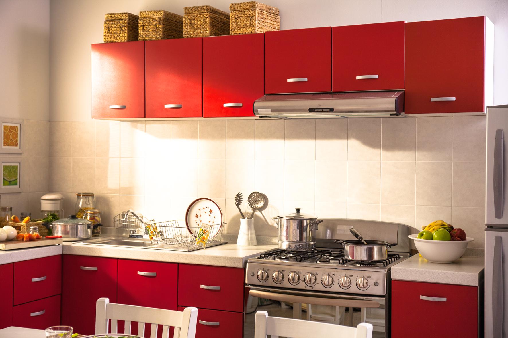 Utiliza colores claros como blanco o beige para la pared for Decoracion de gabinetes de cocina