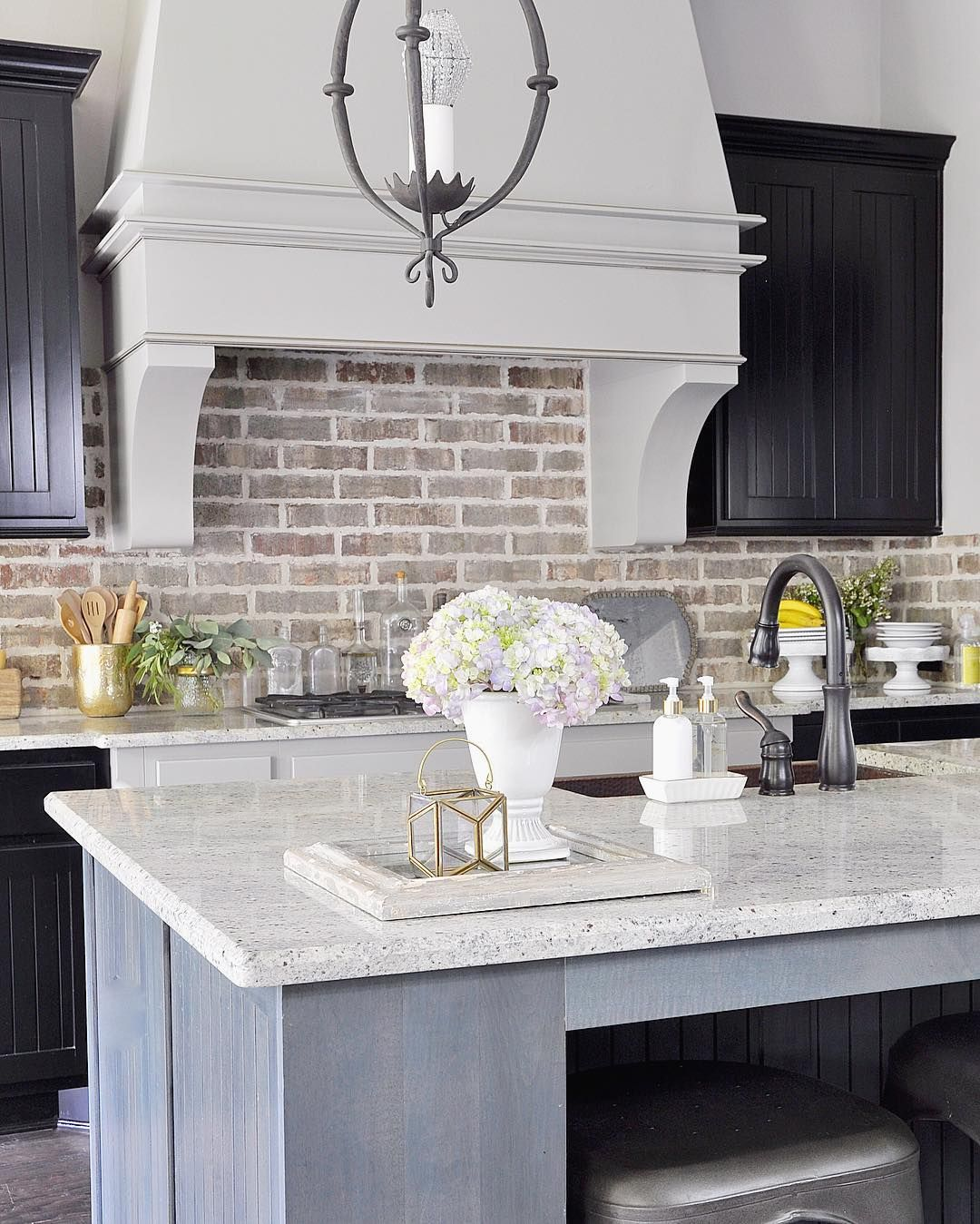 Brick Style Backsplash With Cream/white Cabinets. Pretty Modern Rustic  Kitchen With Brick Style Backsplash