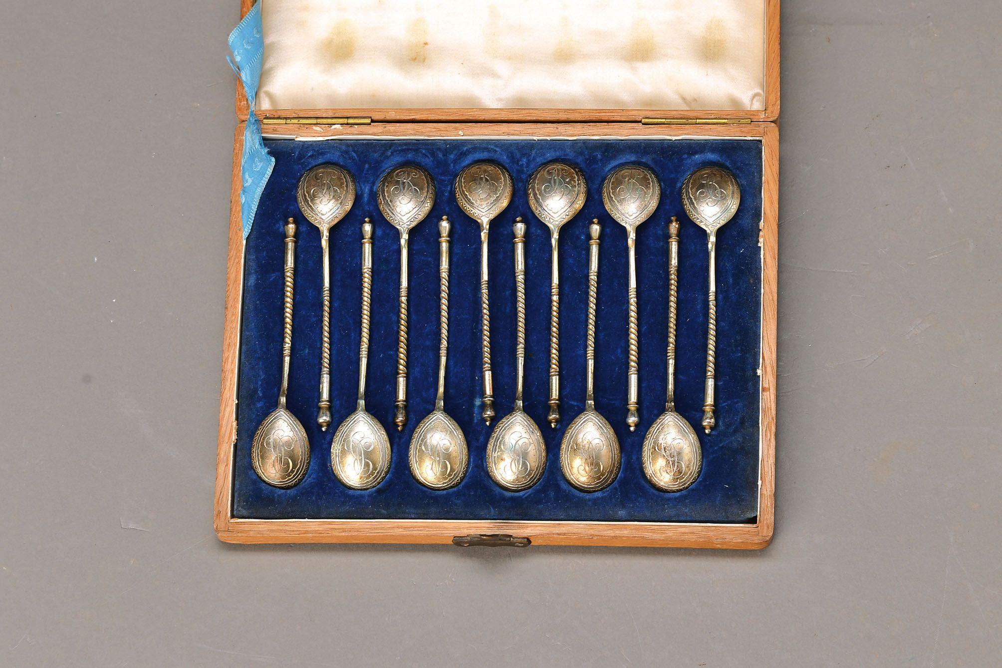 12 Zierlöffelchen, Moskau, datiert 1898, 84er Silber, Besitzermonogramm BC legiert, teilvergoldet, im sog. alt-russischen Stil, im Originalkarton, sehr aufwendig gearbeitet, museal, Meistermarke Na, Gewicht ca. 120g