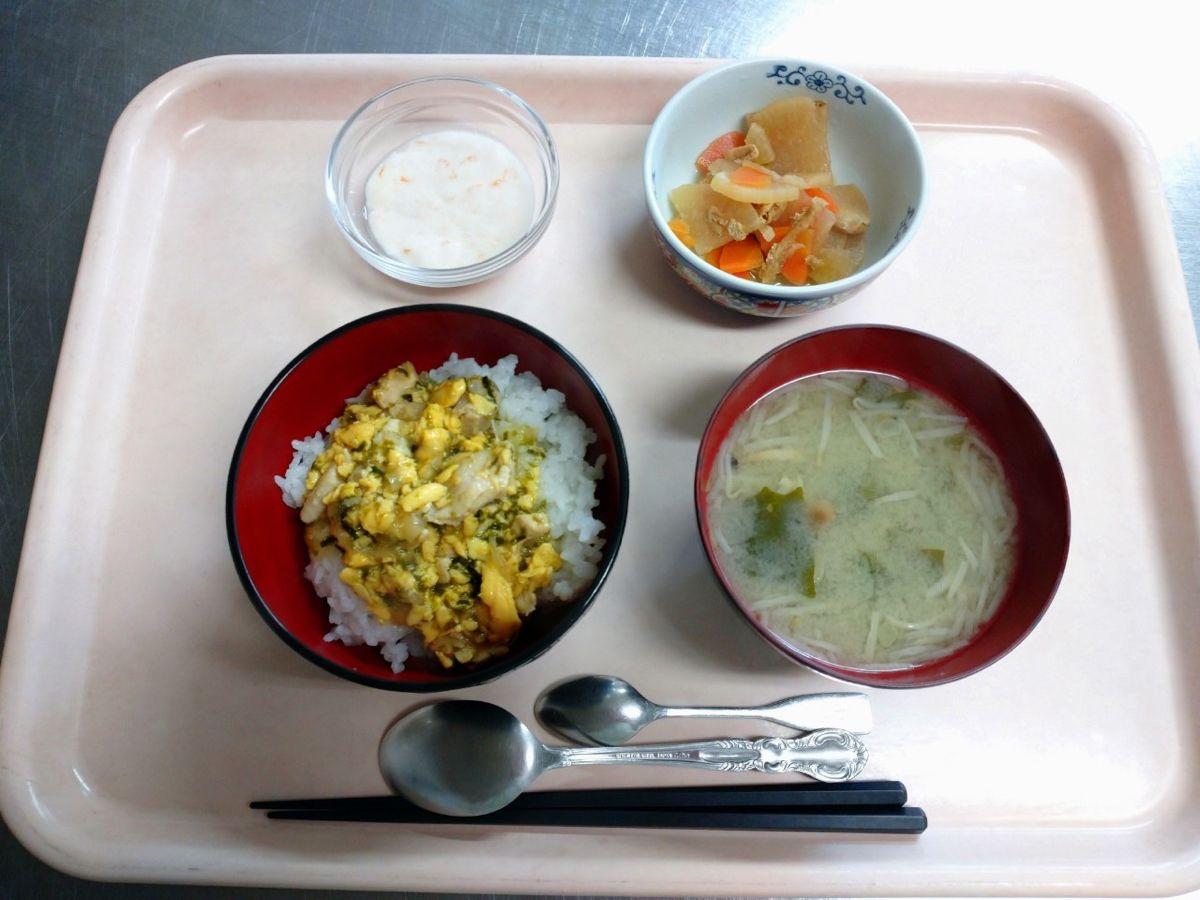 親子丼、味噌汁、大根の信田煮、オレンジフルーチェでした!