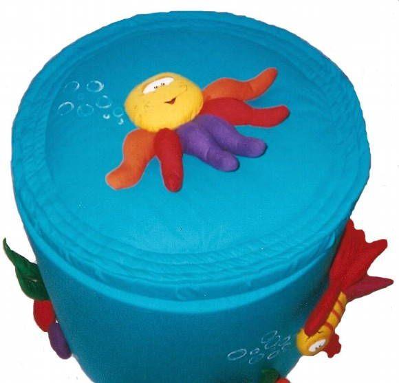 Lindo cesto com motivo de fundo do mar .para decorar o quarto do seu bebe ideal para as crianças , jovens adquirem o habito de guardar brinquedos e suas roupas . Confeccionado em tecido 100% algodão. Estrutura em espuma de polipropileno densidade 28, fibra de poliéster e fibra siliconizada para enchimento dos detalhes, dimensões raio 43 cm altura 44 cm externo interno 37 cm x 38 cm aproximado. desenvolvemos outros produtos conforme as cores e necessidade do cliente. R$ 238,00
