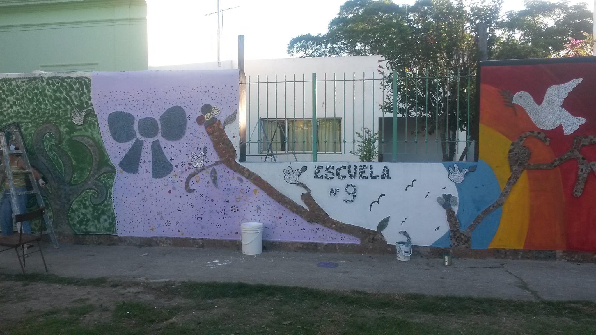 muro de mosaicos y reciclados en escuela 9 de la cruz ciudad de florida uruguay