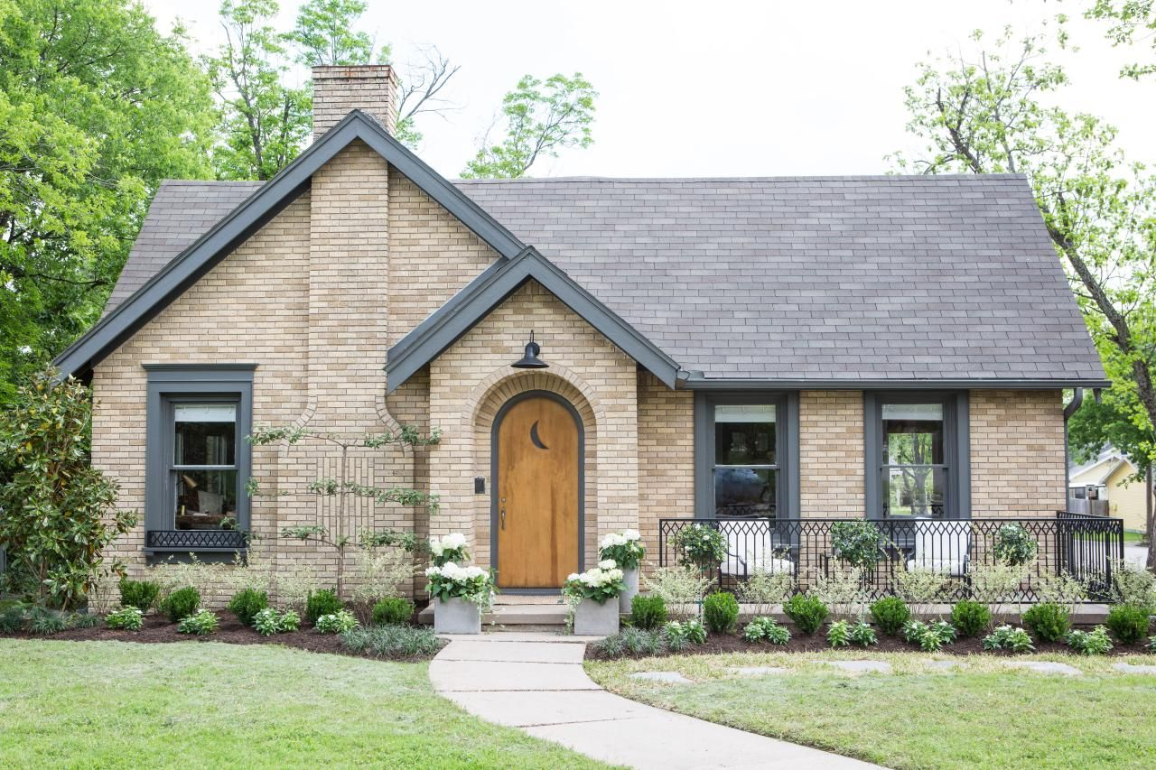 Learn About Austin Couple Finds Waco Charm From Hgtv Brick Exterior House House Paint Exterior Home Styles Exterior