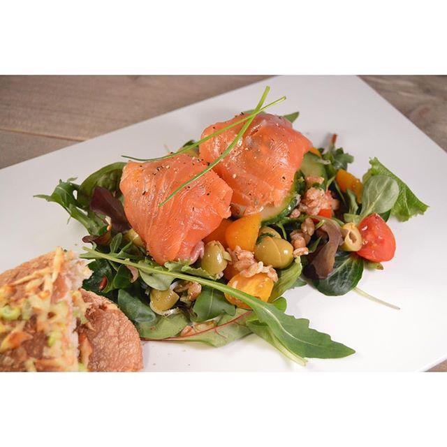 Deze dag kan wel wat kleur gebruiken! Maak vanavond deze salade met farro en gerookte zalm-roomkaasballetjes! #recept nu #ontheblog #watetenwevandaag #smakelijk #zalm #roomkaas #farro #salade #maaltijdsalade #foodblog #foodbloggers #feedfeed #foodshare #f52grams #foodpic #foodspiration #foodie #instafood #foodstagram #foodforfoodies #foodforthought #culynl #bourgondisch #gezond #foodstyling #samenbourgondisch #gerooktezalm #homemade #lunch #diner