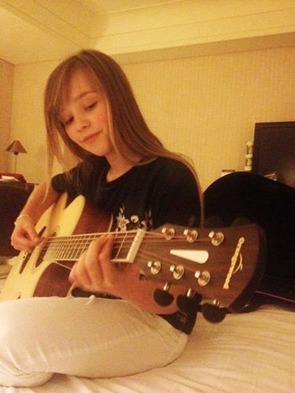 Connie Talbot tocando la guitarra