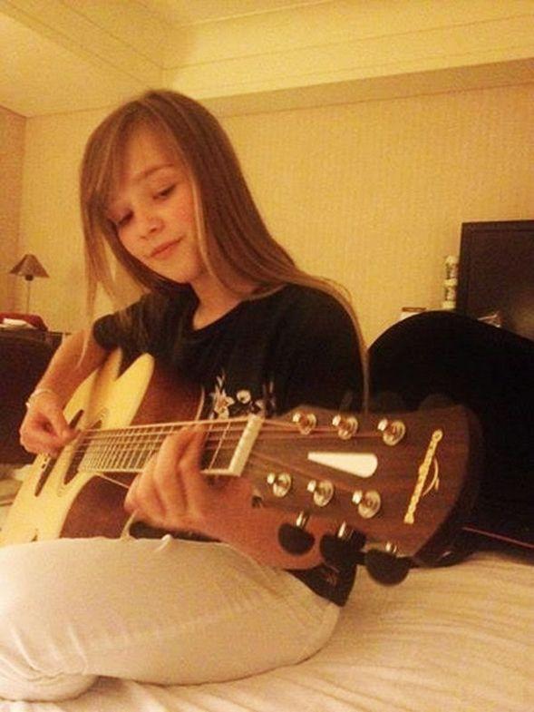 Connie Talbot tocando la guitarra