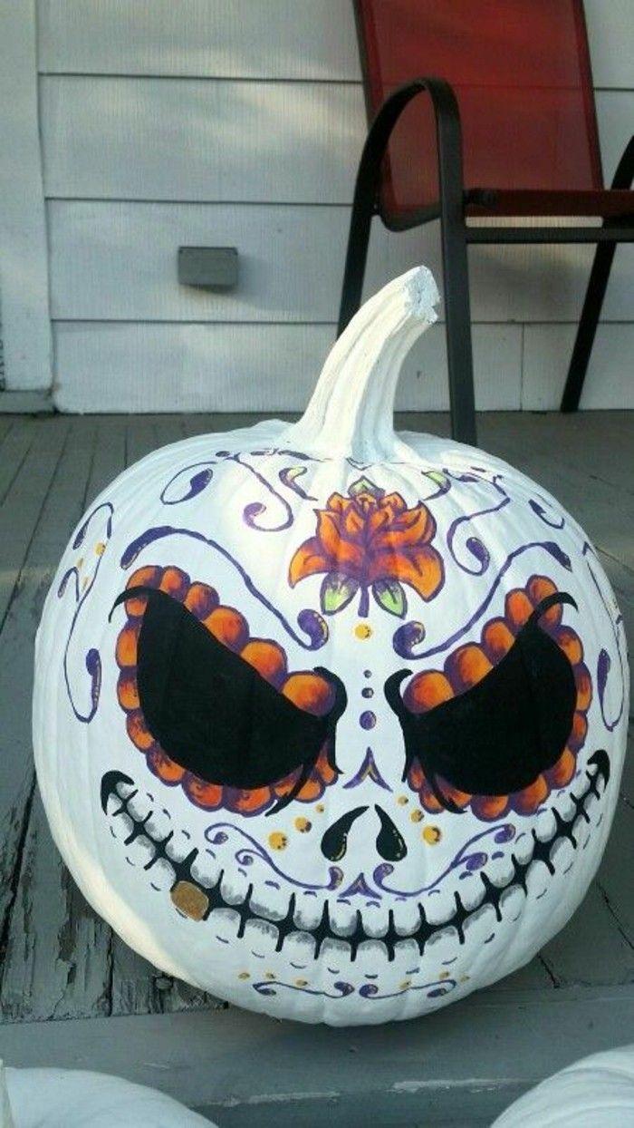 Herbst Dekoration zu Halloween mit bemalten Kürbissen