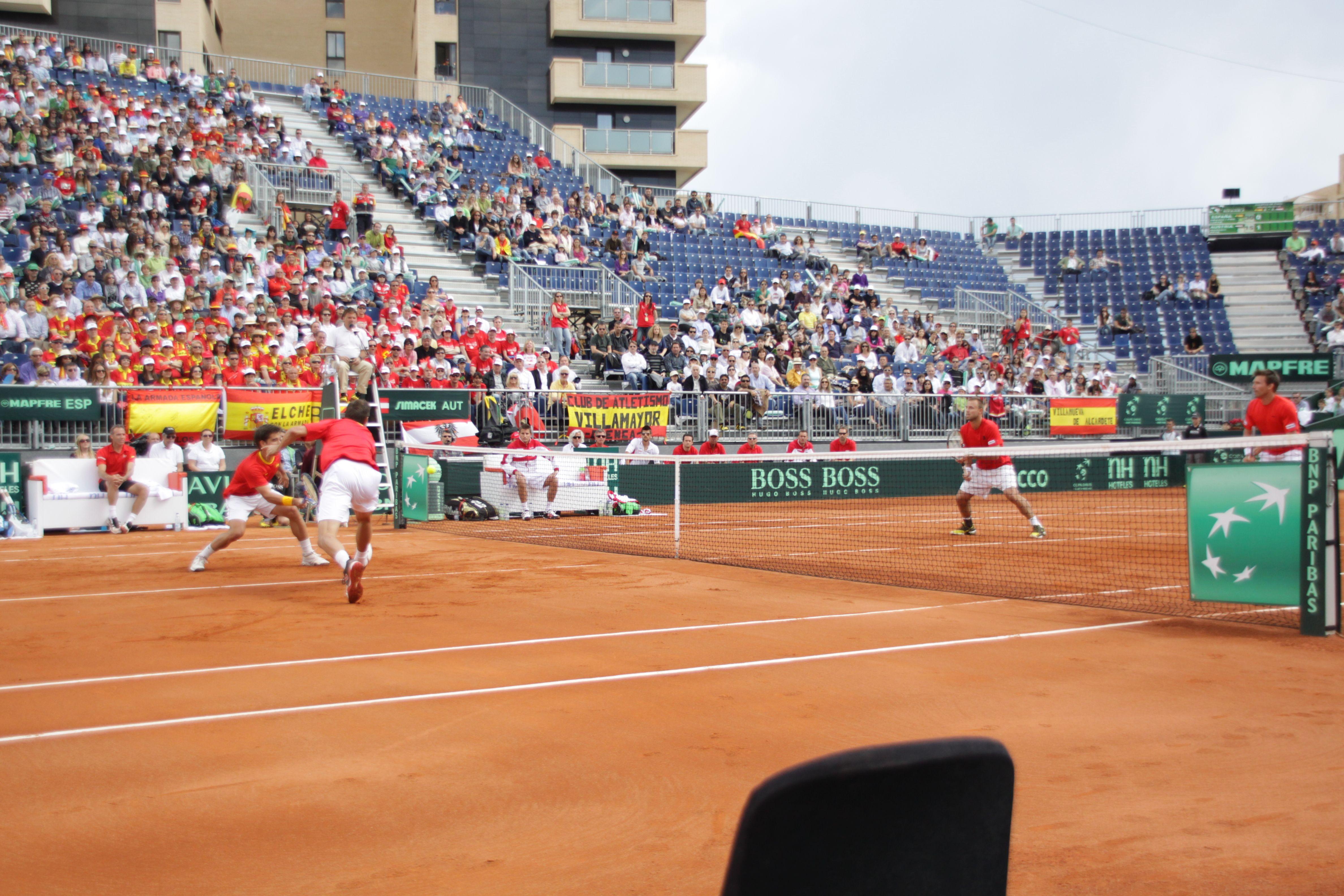 Parejas de dobles terminando el punto en la red. Copa Davis. Cuartos de Final 2012. España vs. Austria
