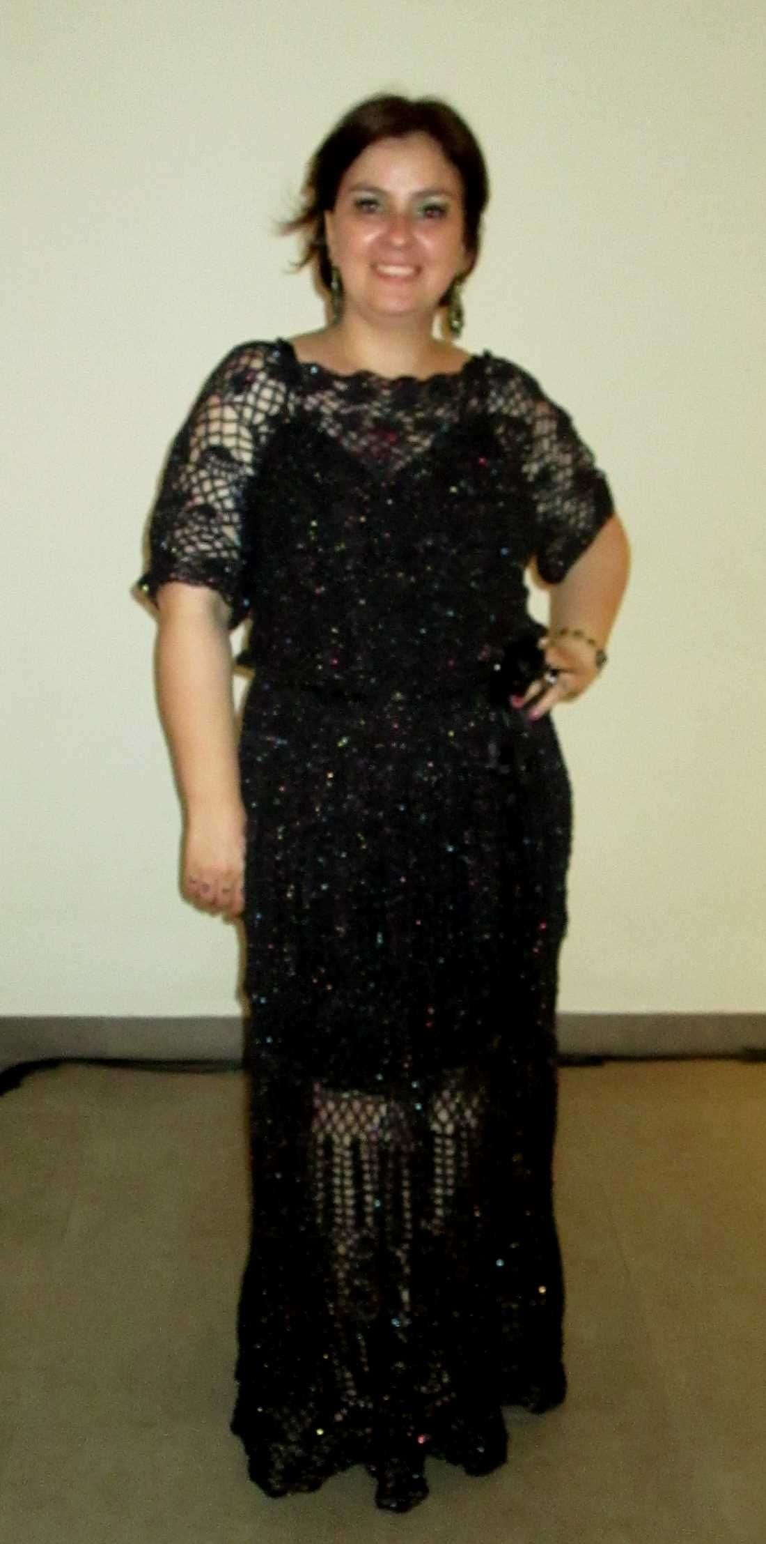 Vestido de crochet preto com brilho furta-cor.