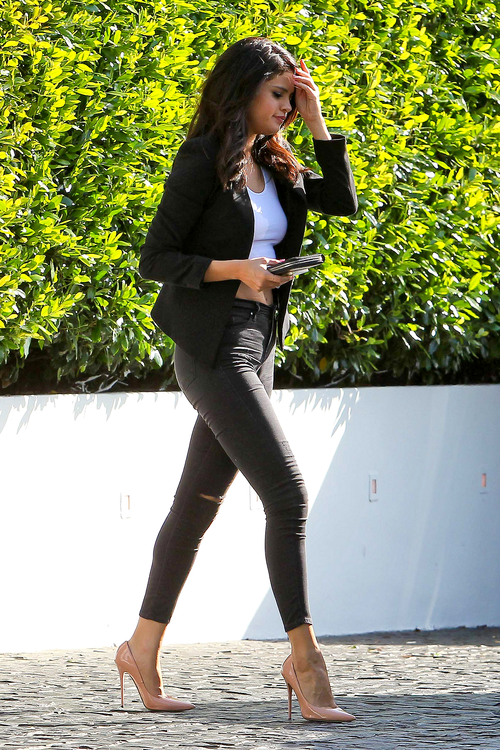 af14d1ef03e Selena Gomez street style with skinny jeans