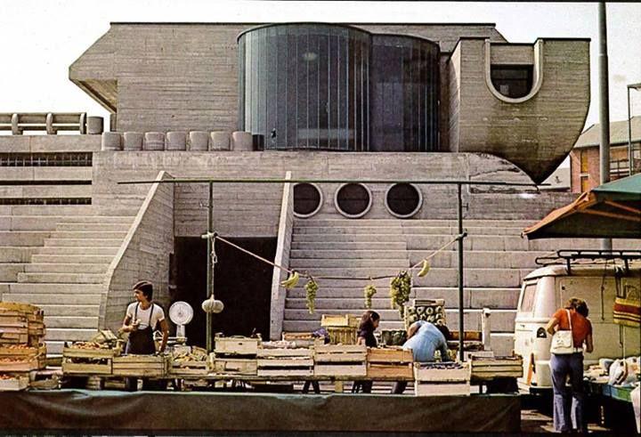 Michele Achilli, Daniele Brigidini, Guido Canella, complesso civico del Villaggio INCIS di Pieve Emanuele, 1968, con la piazza, asilo scuola primaria, centro commerciale, e centro religioso trasformabile in sala assembleare 1974