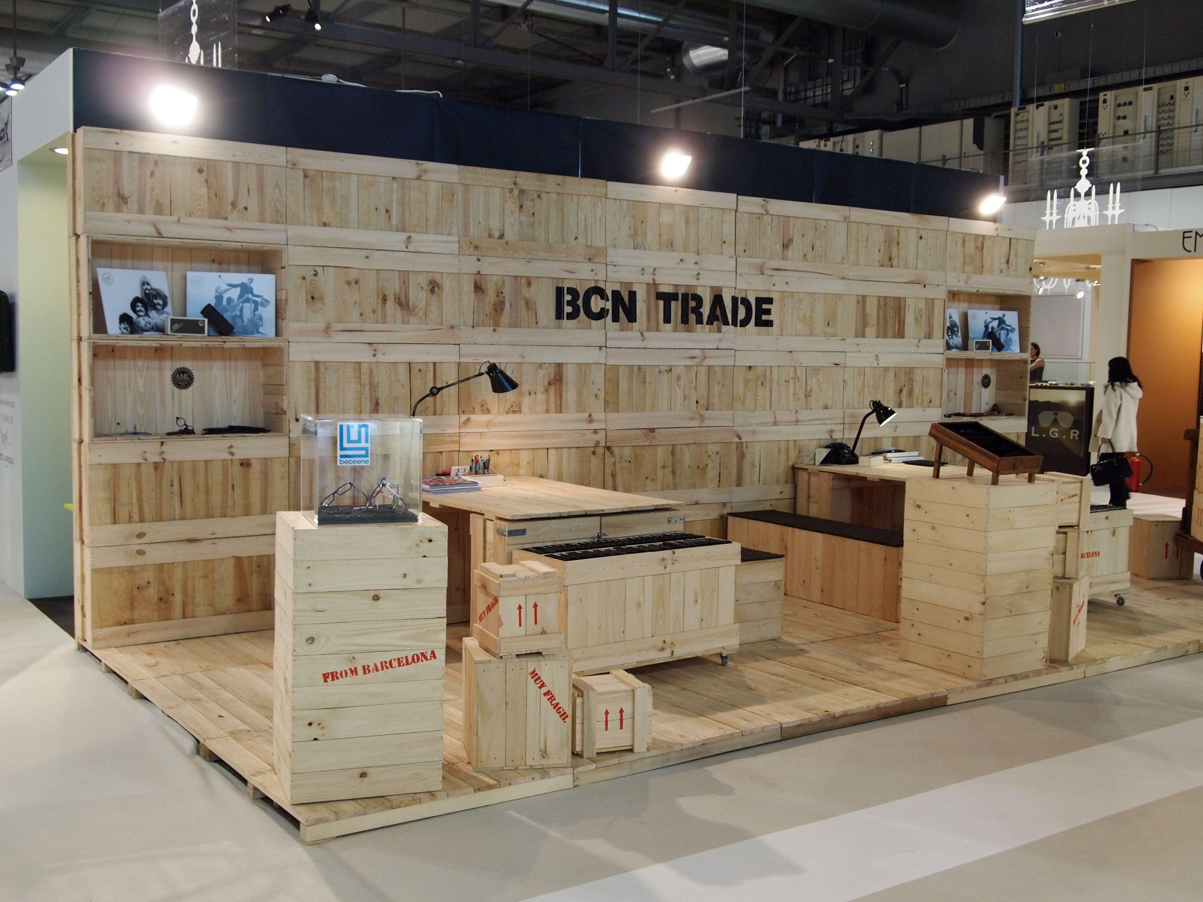 Stand hecho con cajas de madera y palets cajas de for Decoracion con palets